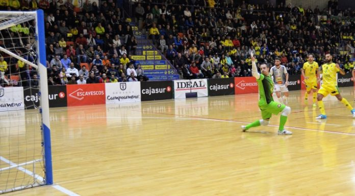 Por la escuadra marcó Carlitos uno de los lanzamientos del conjunto jiennense.