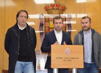 El alcalde de Jaén en la rueda de prensa junto a los concejales de Personal y Comunicación.