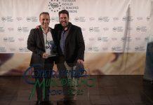 El acalde de Cazorla, Antonio José Rodríguez y el productor del Festival, Chris Ortiz tras recoger el premio.