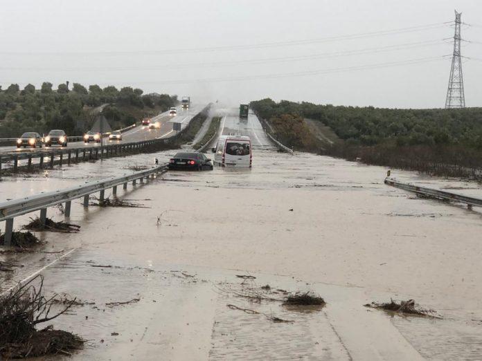 Inundación de la A-4 a su paso por Andújar.