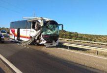 Así ha quedado el autobús tras el accidente en la A-4 a la altura de Bailén. FOTO: Subdelegación del Gobierno