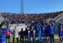 Los jugadores celebran la victoria con la afición. FOTO: Linares Deportivo