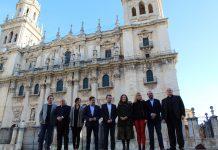 Los responsables de las administraciones posan frente a la Catedral.