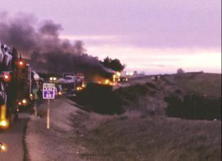 El camión envuelto en llamas en la A-44.
