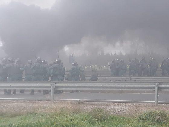 Guardia Civil desalojando a los agricultores jiennenses. FOTO: Alejandro Cabrera