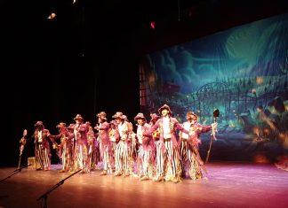 La Despedida, una de las agrupaciones de Carnaval actuando en el teatro Infanta Leonor.