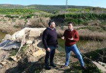 Ildefonso Ruiz visita el puente derruido de Arjonilla.