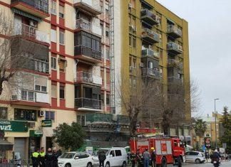 Servicios de emergencia en la calle Ruiz Jiménez tras el incendio en una vivienda. FOTO: HoraJaén