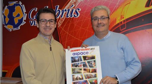 Javier Calabrús con el calendario de Aspace.