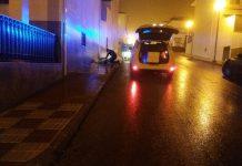 Los agentes de policía local de Mancha Real atienden a la mujer. FOTO: Policía Local