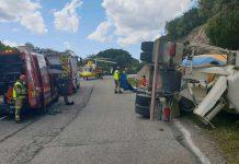 Accidente de un camión en la carretera del Santuario. FOTO: Bomberos de Andújar