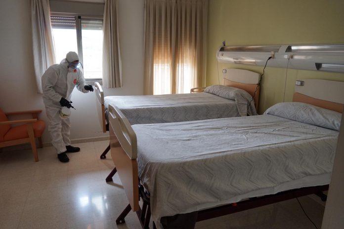 La UME en las residencias de Jaén desinfectando.