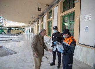 Entrega de mascarillas en la estación de autobuses. FOTO: Peragón