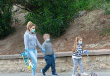 Una madre con sus hijos de paseo por Jaén. FOTO: Peragón