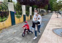 Una madre con su hijo durante esta mañana en el Bulevar. FOTO: Peragón