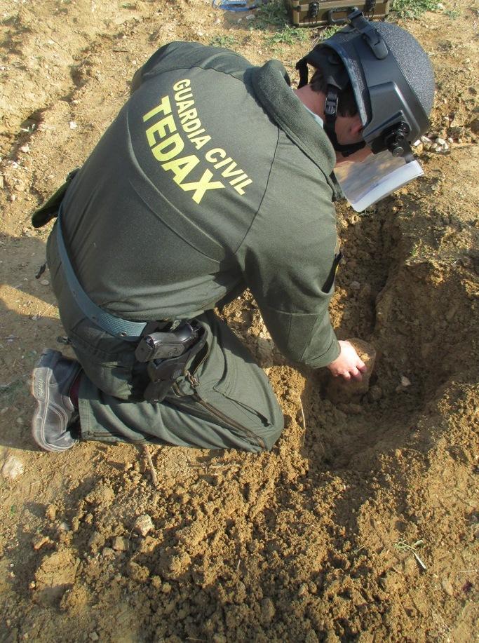 Artificieros de la Guardia Civil desactivan un proyectil en Lopera.