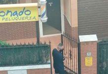 El alcalde de Bailén, Luis Camacho, saliendo de la peluquería. FOTO: David Aranda