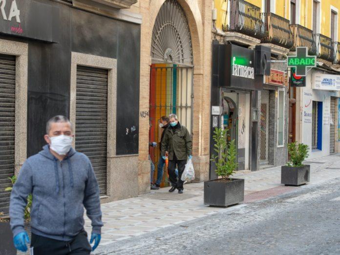 Gente con mascarilla en una de las calles de Jaén. FOTO: Peragón