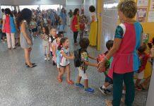 Alumnos de Primaria andaluces entrando en las aulas formando una fila y bajo la supervisión de sus maestras.