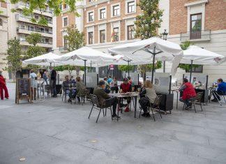 Gente en una terraza en Jaén. FOTO: Peragón