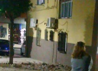 Imagen de los cascotes en plena calle tras el derrumbe.