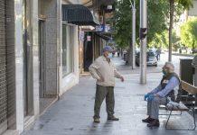 Dos jiennenses en la calle en Jaén. FOTO: Peragón