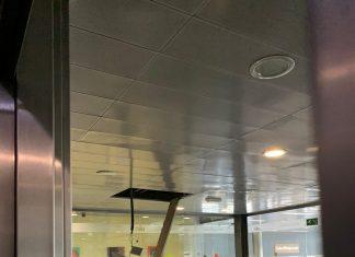 Parte del techo desprendido en la zona del vestíbulo del edificio de Salud Responde.