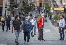 Calle Bernabé Soriano con gente paseando. FOTO: Peragón