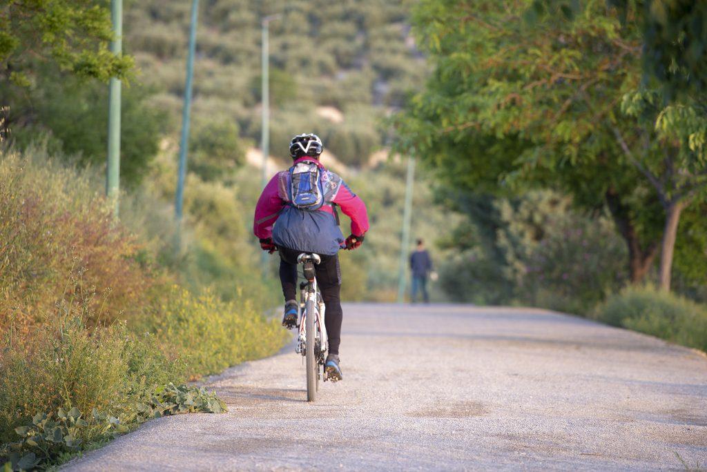 Ciclistas en la Vía Verde del Aceite.