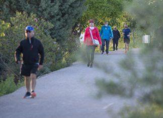 Gente paseando por la vía verde.