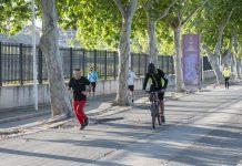 Ciclistas en la calle tras el confirnamiento en la vía verde