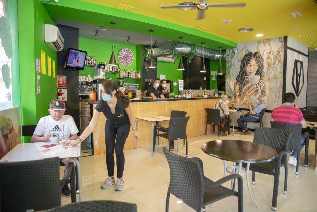 Camarera sive un café en el interior de un bar en Jaén. FOTO: Peragón