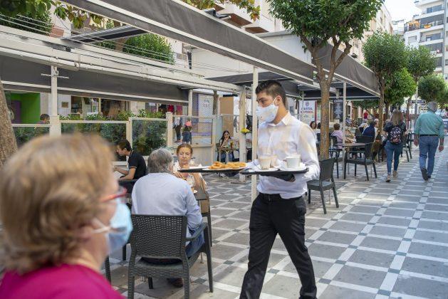 Camarera sirve un desayuno en una terraza en Jaén. FOTO: Peragón