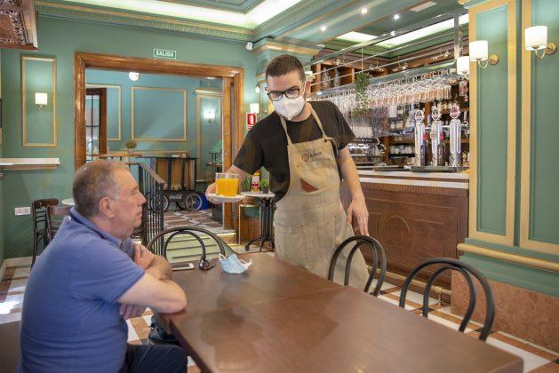 Camarero sirve un café en el interior de un bar en Jaén. FOTO: Peragón