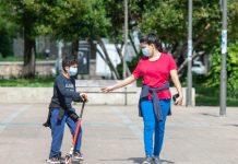 Una madre y su hijo en la calle en Jaén. FOTO: Peragón