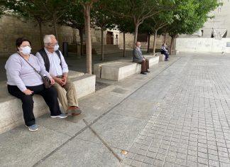 Dos personas mayores en la plaza de Santa María. FOTO: Peragón