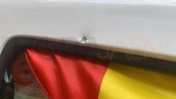 Impacto del balín en uno de los vehículos de la caravana de VOX. FOTO: Peragón