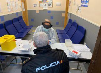 Test del coronavirus a un agente de la Policía Nacional.