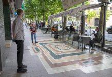 Las terrazas de algunos bares y restaurantes abren por primera vez tras el confinamiento con medidas de protección. FOTO: Peragón