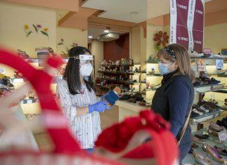 Los comercios retoman la normalidad con la atención a los primeros clientes tras el confinamiento. FOTO: Peragón