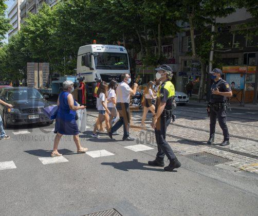 Gente en un cruce de peatones en Paseo de la Estación. FOTO: Peragón