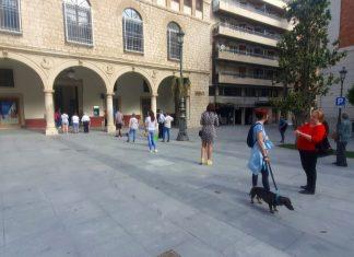Gente en la plaza Deán Mazas.