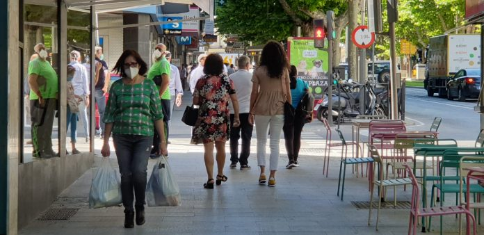 Gente en una de las calles de Jaén.