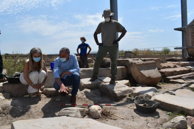 La consejera de Cultura, Patricia del Pozo, ha asistido en Cástulo al desenterramiento de una cabeza de mármol.