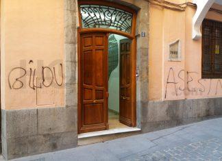 Pintada en la fachada de la sede del PSOE en Jaén