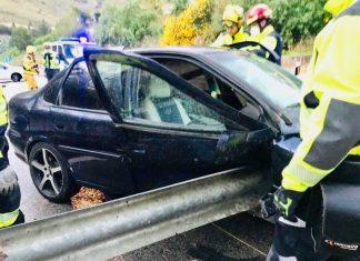 Estado en el que quedó el vehículo tras empotrarse contra el quitamiedos. FOTO: Bomberos de Jaén