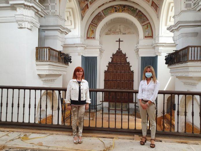 La alcaldesa de Úbeda visita el inicio de las obras en el coro del Hospital de Santiago.