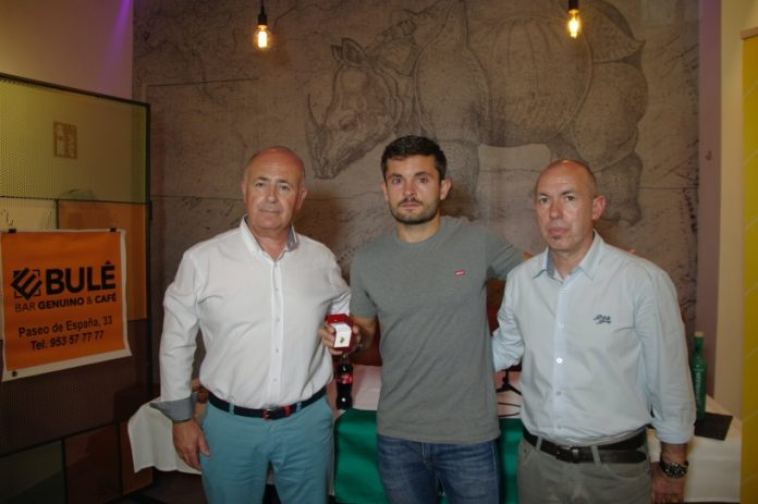 Dani Martín, junto al presidente del Jaén FS, Germán Aguayo, y el entrenador, Dani Rodríguez.