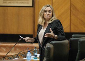La consejera de Fomento, Marifrán Carazo, en el Pleno del Parlamento andaluz.