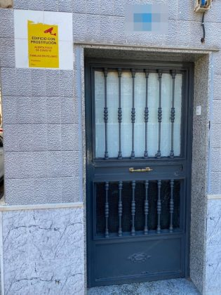 Una de las viviendas donde se han ido colocando carteles alertando de prostitución. FOTO: Peragón